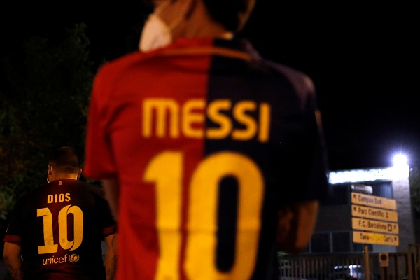 Lionel Messi reportedly sent a burofax to Barcelona last night asking the club to let him leave. The 6 time Ballon d'Or winner has spent his entire footballing career at Catalonia but things have been spiraling down between Messi and club president Bartomeu for quite some time now.  With the president refusing to take responsibility and instead of seeking distractions in the form of managers and players, Messi has finally told the club he wants out. It has naturally sought the interest of a host of clubs who want the football magician to play for them.  Of the clubs generating high interest, there are the likes of Inter Milan and PSG and Manchester City and much to the delight of Chelsea fans, it is us as well! Rio Ferdinand's tweet last night encouraging Lampard to go for Messi has some base behind it.  Chelsea have had a stellar window and have wrapped up a few signings. They seem unstoppable at the moment with more transfers lined up and with a free agent Messi available, it will be ideal for Chelsea to bring home the Messiah of football.  The idea of Messi lining up with Havertz, Ziyech, Pulisic and Werner seems perfect for Chelsea right now.  See More: Chelsea transfer rumors 2020 – Latest transfer targets and signings news!